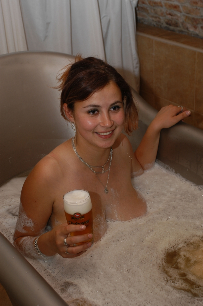 girl-beer-bathtube